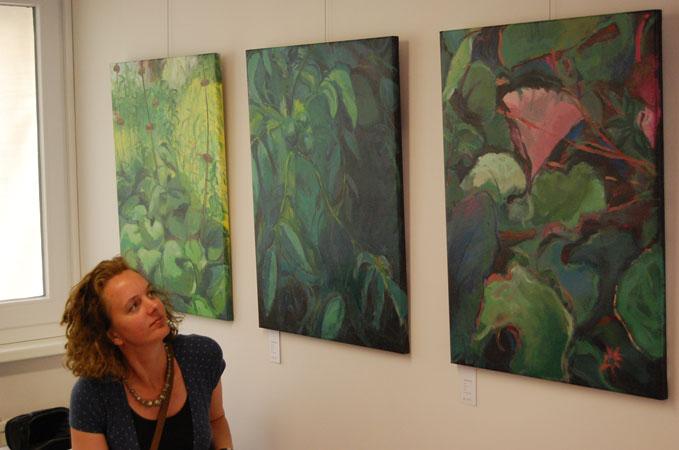 Monique Bleeker tijdens een galerie opening.